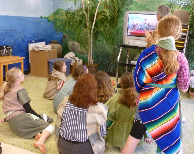 students view the resulting pictures on the TV.